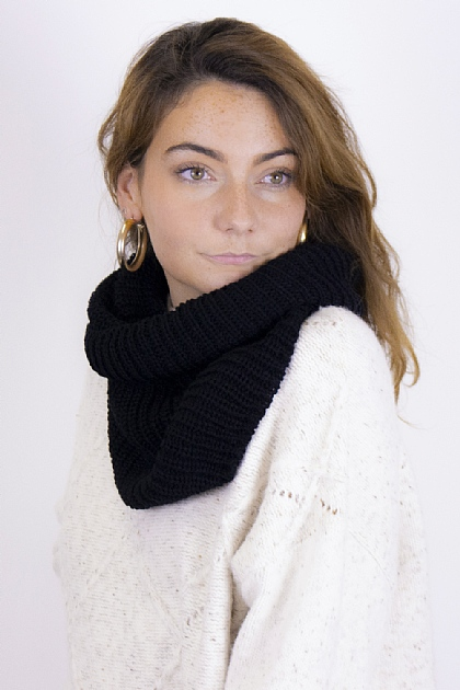 Ribbed Knitted Circle Scarf in Black